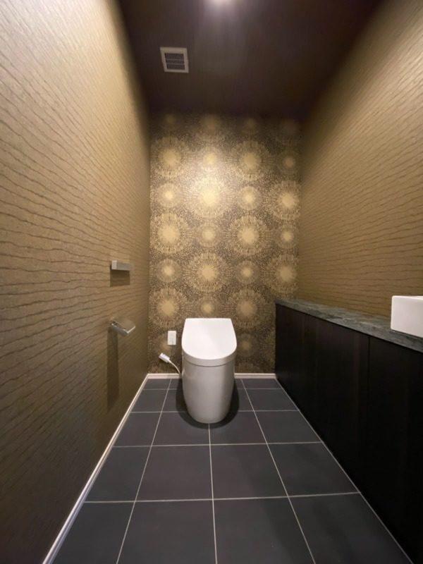 特殊な壁紙でトイレも華やかに
